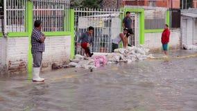 观看河的人们创造在交付的街道洪水 影视素材