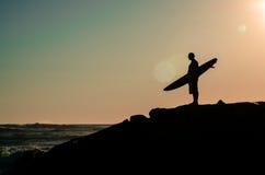 观看波浪的冲浪者 库存照片
