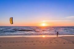 观看波浪的风筝冲浪者 库存图片
