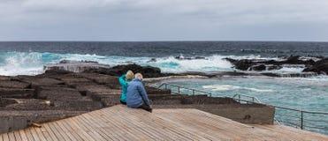 观看海洋, Mesa Del Mar,特内里费岛,加那利群岛,西班牙的老夫妇 免版税库存图片