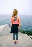 观看海的无法认出的少妇 免版税库存图片
