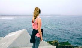 观看海的无法认出的年轻女人 免版税库存照片