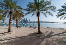 观看海滩棕榈Jumeirah和迪拜小游艇船坞摩天大楼  库存照片