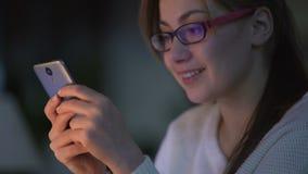 观看滑稽的录影的微笑的女孩在普遍的网站,联络与朋友 股票录像