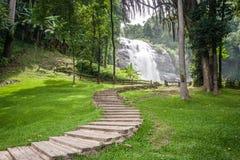观看瀑布的路 库存照片