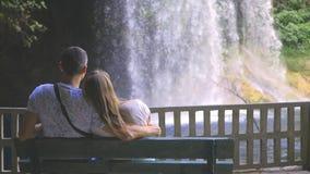 观看瀑布的年轻夫妇 股票视频