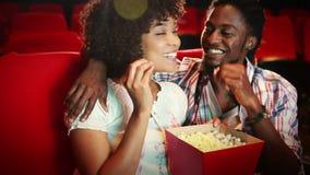 观看电影的逗人喜爱的夫妇 股票视频