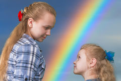 观看的两个姐妹 免版税库存照片