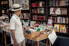 观看的书在一个露天书店 免版税图库摄影