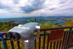 观看的城市的全景双筒望远镜 三亚菲尼斯我 免版税库存照片
