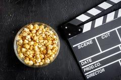 观看的电影的概念有玉米花顶视图黑暗背景 免版税库存图片