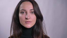 观看直接地入在灰色背景的照相机的年轻白种人深色的妇女画象  股票视频
