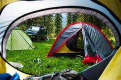 观看看在太阳充满的帐篷外面的门在伟大的户外风景 在帐篷阵营的早晨 免版税库存照片
