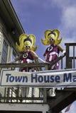 观看第37个每年Provincetown狂欢节队伍的人们在Provincetown,马萨诸塞 图库摄影