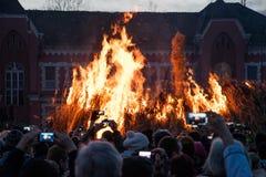 观看篝火的开始的未认出的人民 免版税库存照片