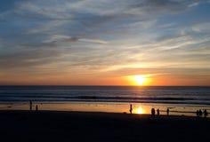 观看美好的日落的海滩行人在使命海滩- 4 免版税库存照片
