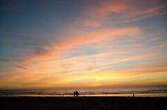 观看美好的日落的海滩行人在使命海滩- 5 免版税库存照片