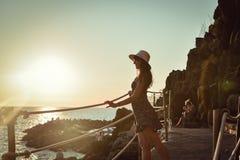 观看美好的海景的女孩 免版税图库摄影