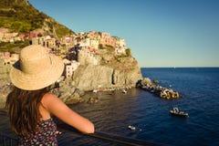 观看美好的海景的女孩 免版税库存图片