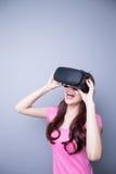 观看虚拟现实的愉快的妇女 免版税图库摄影