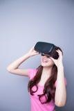观看虚拟现实的愉快的妇女 免版税库存图片
