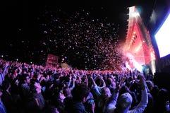 观看音乐会的人们,当投掷从阶段的五彩纸屑在海涅肯Primavera声音2013年节日时 免版税库存图片