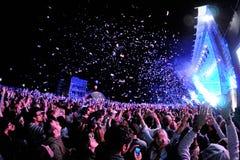 观看音乐会的人们,当投掷从阶段的五彩纸屑在海涅肯Primavera声音2013年节日时 免版税库存照片