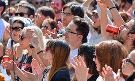 从观看音乐会的观众的人们在海涅肯Primavera声音 免版税图库摄影