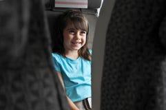 观看飞行中电影的平面乘客孩子 免版税图库摄影