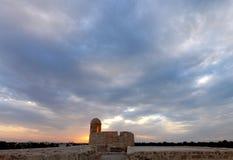 观看巴林堡垒塔在多云天气的 库存图片
