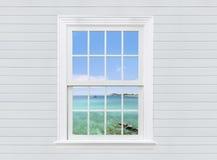 观看从白色木窗口和墙壁,芭达亚市的海景, 免版税库存图片
