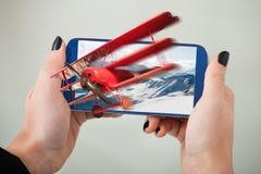 观看3D在手机的妇女电影 免版税库存图片