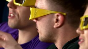 观看3D影片的小组少年朋友  影视素材