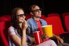 观看3d影片的年轻夫妇 免版税库存图片