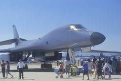观看B1-B秘密行动轰炸机,范Nuys飞行表演,加利福尼亚的访客 免版税图库摄影