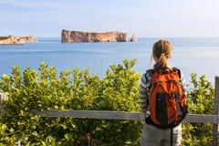 观看Perce岩石的女性远足者 库存图片