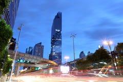 观看Silom路在Mahanakhon大厦微明下  库存照片