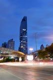观看Silom路在Mahanakhon大厦微明下  库存图片