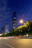 观看Silom路在Mahanakhon大厦微明下  免版税库存照片