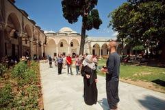 观看Topkapi宫殿的Turists 图库摄影