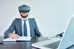 观看VR录影的商人 免版税图库摄影