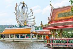 观音工业区godness巨大的雕象在Wat Plai Laem,苏梅岛的 库存照片