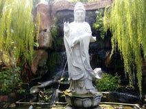 观音菩萨Kuanyin雕象喷泉 免版税库存照片