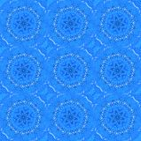 规则无缝的圆的特征模式在与白色的蓝色树荫下 库存照片