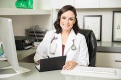 规定一些医学的逗人喜爱的医生 图库摄影
