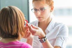 视力测定概念-相当,年轻女性验光师 免版税库存图片