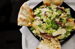 视图的主厨接近的沙拉 免版税库存图片