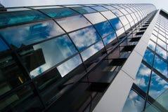 视图的接近的摩天大楼 库存图片