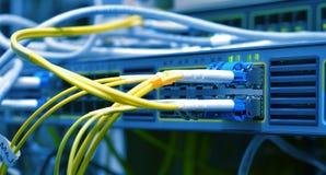 视觉纤维缆绳被连接到数据中心 图库摄影