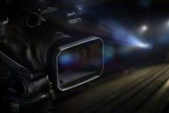 视频手提摄象机在演播室有被弄脏的背景 库存图片